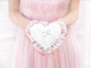Polštář na prsteny ve tvaru srdce -bílý 13x13cm